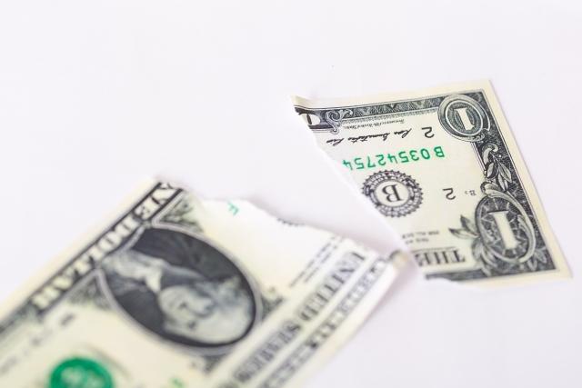 詐欺をイメージした破られた紙幣